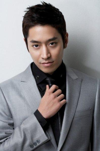 Eric Mun dan Lee Minwoo mendirikan    Shinhwa Company    untuk    Eric Mun